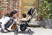 赤ちゃんをあやす女性 33000002782| 写真素材・ストックフォト・画像・イラスト素材|アマナイメージズ