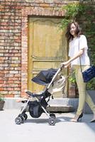 ベビーカーで散歩する親子 33000002785| 写真素材・ストックフォト・画像・イラスト素材|アマナイメージズ