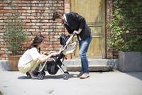 ベビーカーで散歩する親子 33000002786| 写真素材・ストックフォト・画像・イラスト素材|アマナイメージズ
