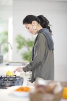 キッチンで料理の準備をする女性の横顔