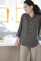 キッチンで笑う女性