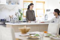 キッチンでくつろぐ男性と女性