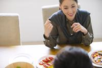ダイニングテーブルで食事を楽しむ男性と女性