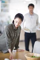 ダイニングテーブルで料理の準備をする男性と女性