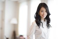 微笑む女性のポートレート 33000002819| 写真素材・ストックフォト・画像・イラスト素材|アマナイメージズ