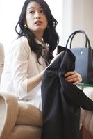 ソファーに座っている女性のポートレート 33000002827| 写真素材・ストックフォト・画像・イラスト素材|アマナイメージズ