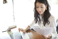 オフィスのデスクで仕事をするビジネス女性