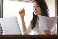 オフィスのデスクで仕事をするビジネス女性 33000002847| 写真素材・ストックフォト・画像・イラスト素材|アマナイメージズ