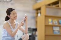 スマートフォンで音楽を楽しむ女性