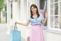 ウィンドウショッピングを楽しむ女性