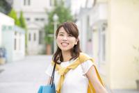 街中で微笑む女性のポートレート 33000002916| 写真素材・ストックフォト・画像・イラスト素材|アマナイメージズ