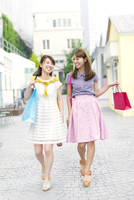 ショッピングを楽しむ2人の女性 33000002921| 写真素材・ストックフォト・画像・イラスト素材|アマナイメージズ