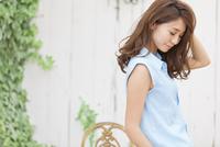 うつむく若い女性のポートレート 33000002928| 写真素材・ストックフォト・画像・イラスト素材|アマナイメージズ