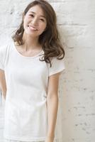 微笑む女性のポートレート 33000002981| 写真素材・ストックフォト・画像・イラスト素材|アマナイメージズ