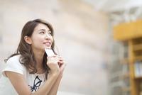 スマートフォンを持って遠くを眺める女性 33000002983| 写真素材・ストックフォト・画像・イラスト素材|アマナイメージズ