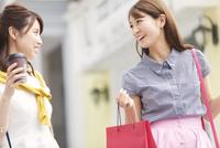 ショッピングを楽しむ2人の女性