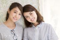 寄り添う2人の女性 33000003044| 写真素材・ストックフォト・画像・イラスト素材|アマナイメージズ
