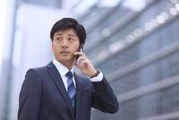 スマートフォンで通話するビジネス男性