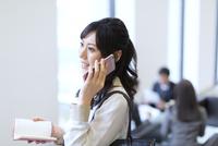 スマートフォンで通話するビジネス女性 33000003071| 写真素材・ストックフォト・画像・イラスト素材|アマナイメージズ