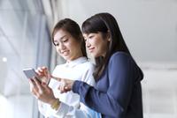 スマートフォンを見る2人のビジネス女性