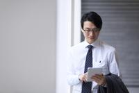 タブレットPCを見るビジネス男性