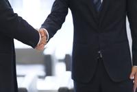 握手をするビジネス男性の手元