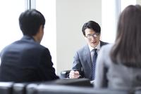 打ち合わせをするビジネス男性 33000003171| 写真素材・ストックフォト・画像・イラスト素材|アマナイメージズ