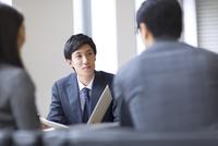 打ち合わせをするビジネス男性 33000003188| 写真素材・ストックフォト・画像・イラスト素材|アマナイメージズ