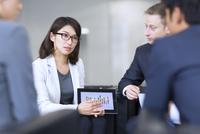 タブレットPCを持ち打ち合せをするビジネス男女