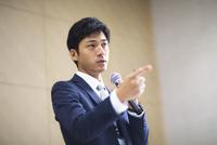 マイクを手に講義するビジネス男性 33000003263| 写真素材・ストックフォト・画像・イラスト素材|アマナイメージズ