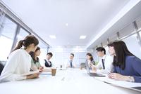 会議中のビジネス男女 33000003283| 写真素材・ストックフォト・画像・イラスト素材|アマナイメージズ