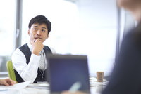 会議中のビジネス男性 33000003286| 写真素材・ストックフォト・画像・イラスト素材|アマナイメージズ