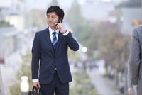 スマートフォンで通話するビジネス男性 33000003337| 写真素材・ストックフォト・画像・イラスト素材|アマナイメージズ