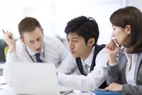 オフィスで打ち合せをするビジネス男女 33000003345| 写真素材・ストックフォト・画像・イラスト素材|アマナイメージズ