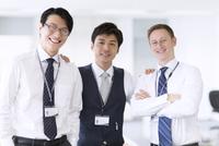 肩に手をかけて微笑むビジネス男性3人