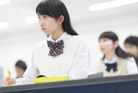 授業を受ける女子学生
