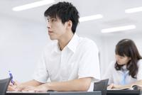 授業を受ける男子学生