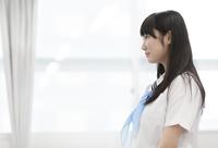 教室で立って微笑む女子学生の横顔