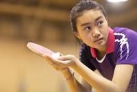 卓球をする女子学生