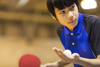 卓球をする男子学生