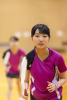バドミントンをする女子学生
