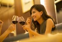 レストランで乾杯する女性 33000003780| 写真素材・ストックフォト・画像・イラスト素材|アマナイメージズ