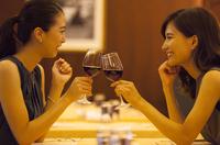 レストランで乾杯する女性2人