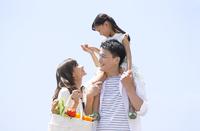 子供を肩車する父と手を繋ぐ母と子供