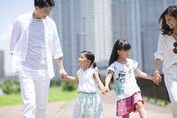 手をつないで遊歩道を歩く家族 33000003800| 写真素材・ストックフォト・画像・イラスト素材|アマナイメージズ