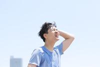 水を浴びてリラックスする男性
