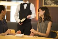 レストランで会話を楽しむ女性