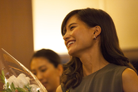 花束を持って笑う女性の横顔