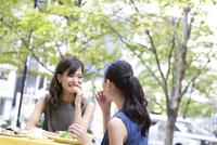 オープンカフェで食事をする女性2人