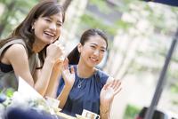 オープンカフェで笑う女性2人 33000003845| 写真素材・ストックフォト・画像・イラスト素材|アマナイメージズ